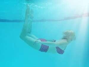 woman underwater, August astrology